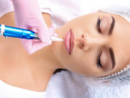 Une bouche redessinée et maquillée grâce au maquillage longue durée