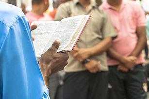 Lendo um livro de oração