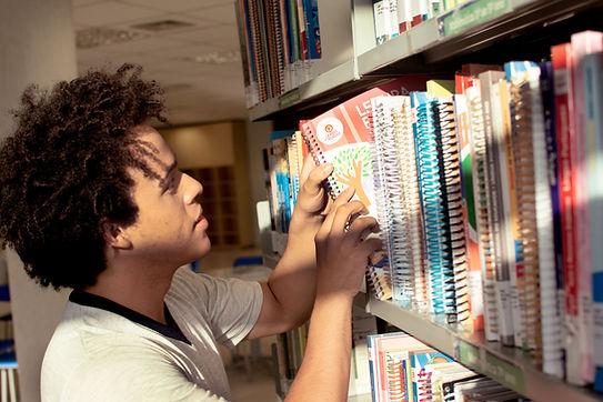 Menino organizando livros