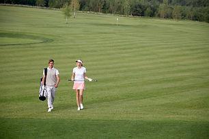 Les golfeurs au terrain de golf