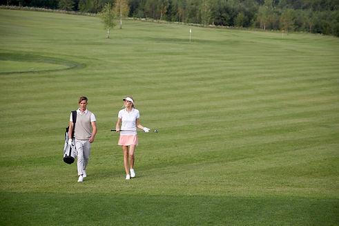 골프 코스에서 골프를 치는 사람