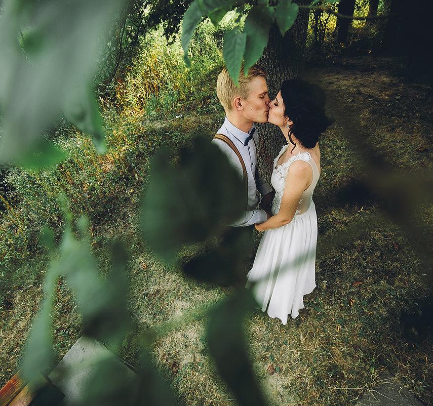 Couple de mariage s'embrasser