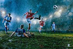 Juego de fútbol en lluvia