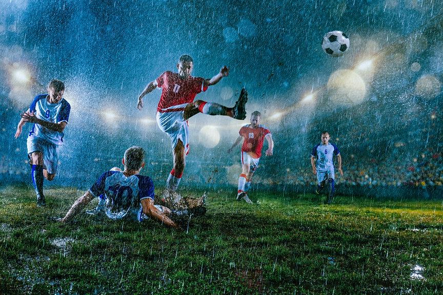 Jogo de futebol na chuva