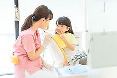 歯の治療を受ける女の子