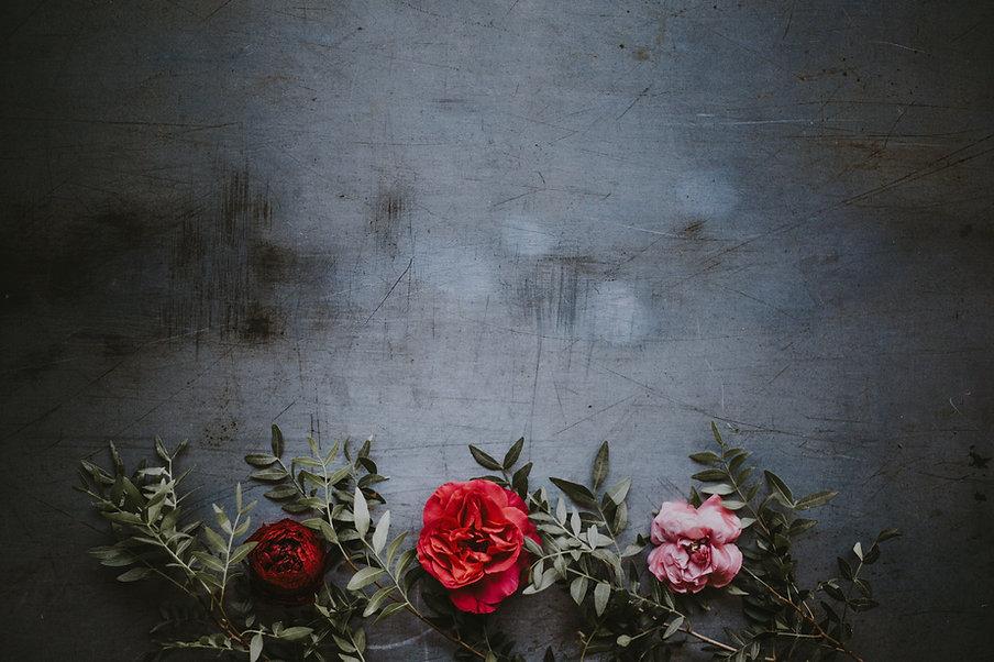 Fleurs sur mur grungy