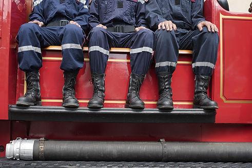 Sapeurs pompiers assis