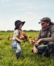 養鶏場での父と子