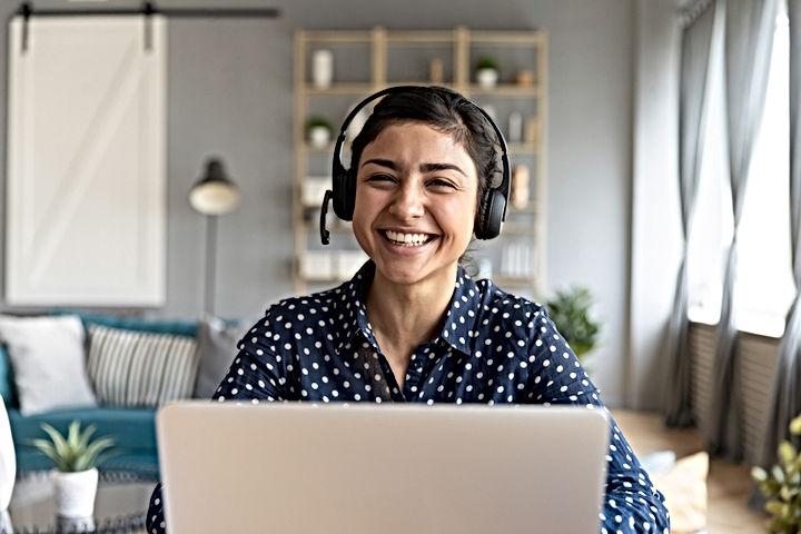 Femme agent commerciale souriante avec un casque micro