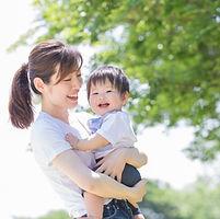笑顔のお母さんと男の子