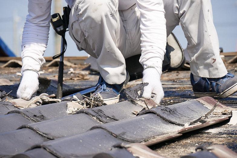 屋根工事 瓦の葺き替え 古い瓦を剥がす