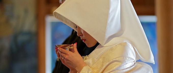 盃を持つ花嫁