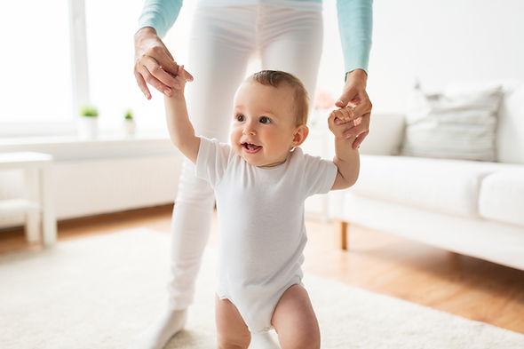 赤ちゃんが歩くことを学ぶ