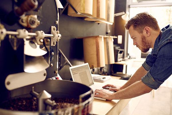 Homme travaillant sur son ordinateur por