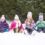 雪の中で遊ぶ子供たち