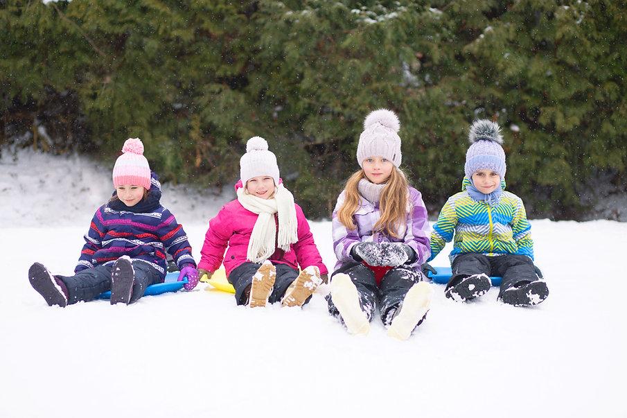 Kinder, die im Schnee spielen