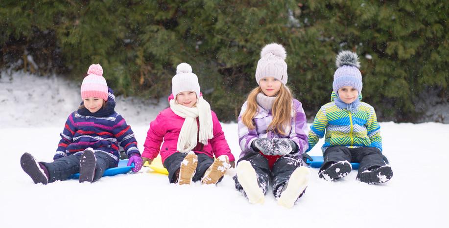 Barnen leker i snö