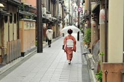 街を歩く着物の女性