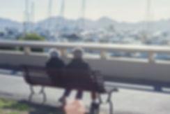 Couple assis sur un banc face au port