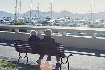 Couple assis sur un banc face au port