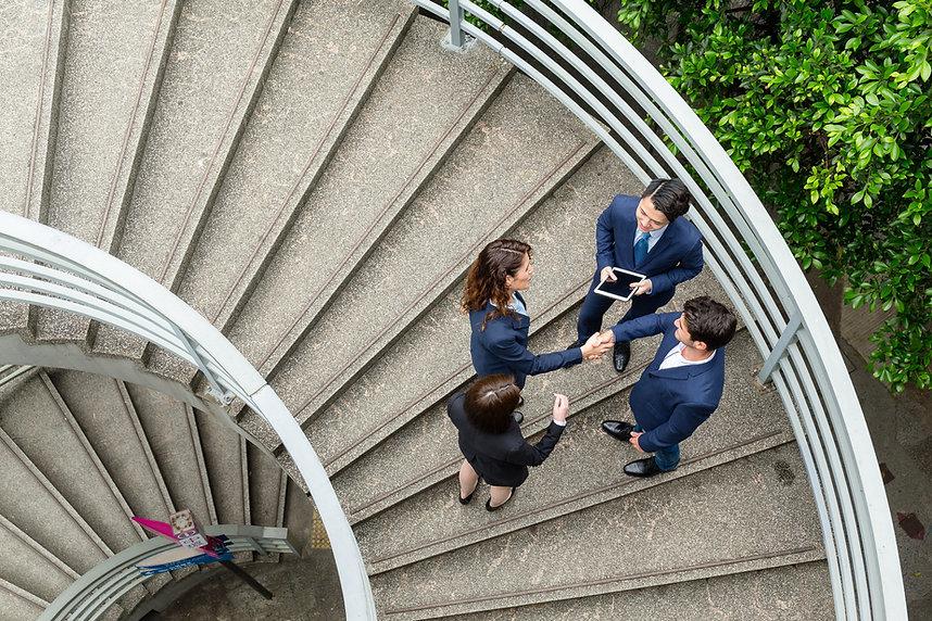 吹き抜け階段での握手