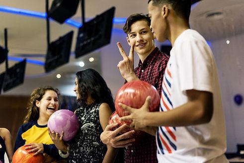 Glückliche Bowlingkinder