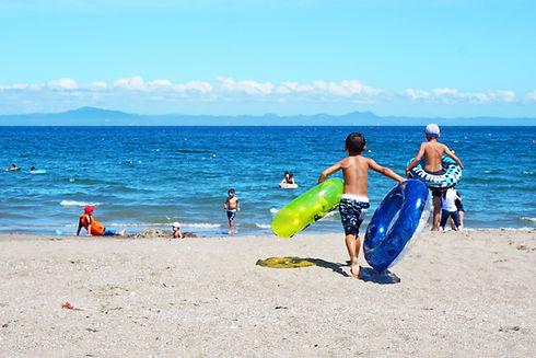 孩子們在海邊玩