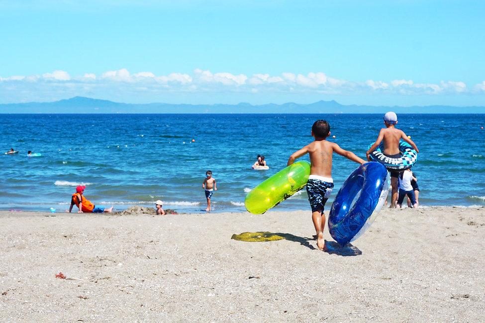 Niños jugando junto al mar
