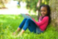 Fille près de l'arbre