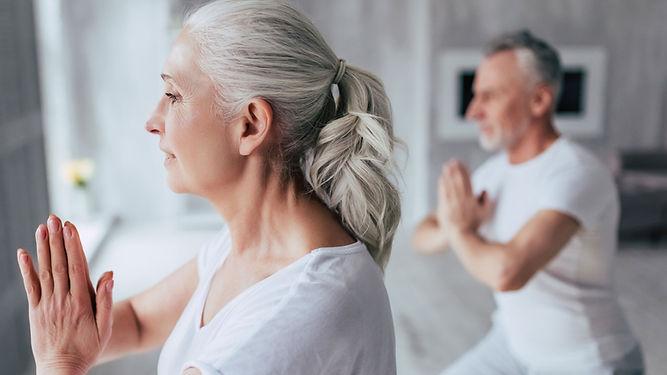 Couple de personnes âgées actives