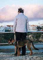 Homme avec un chien