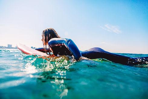 女性サーフィン