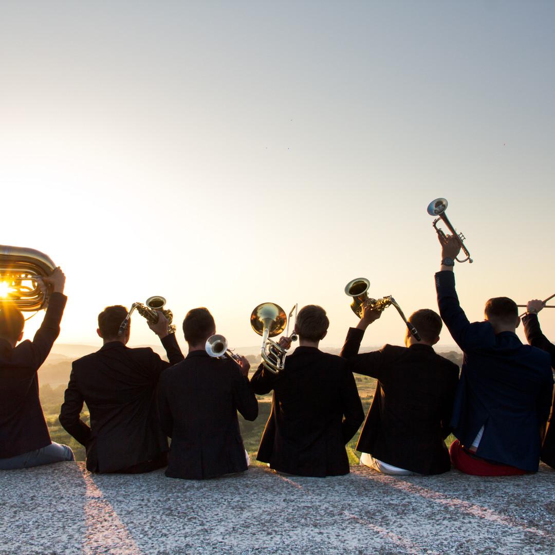 Am Strand zur Musik einer Live-Band die Hüften schwingen? Für Ihre Veranstaltung in Italien finden wir passende Künstler & Entertainment | Firmenveranstaltung Italien