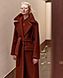 Kırmızı moda editoryal kadın