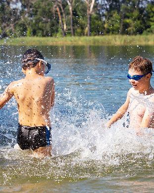 Kinderen spelen in water