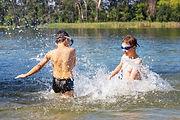Niños jugando en el agua