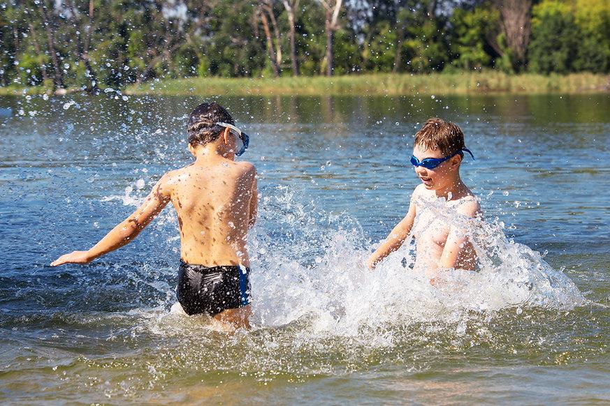 Kinder spielen im Wasser