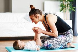 Moeder en baby oefenen