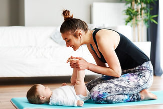 Madre y bebé haciendo ejercicio