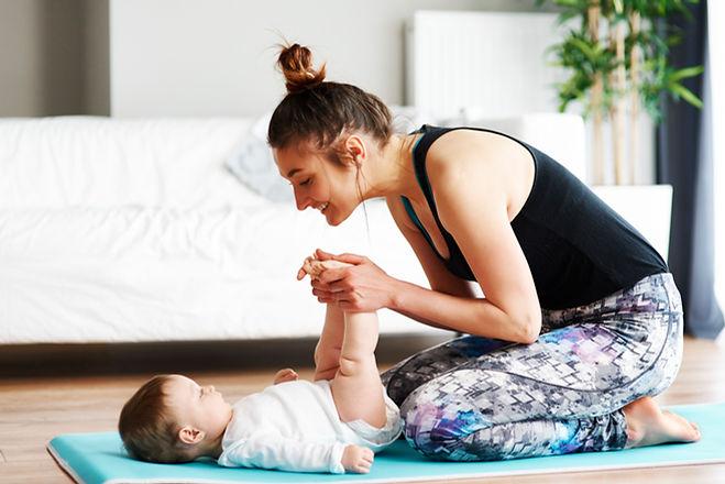 Mère et bébé faisant de l'exercice