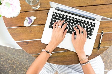 Escribiendo en una computadora portátil