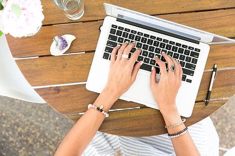 Taper sur un ordinateur portable