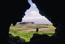 洞窟でのハイキング