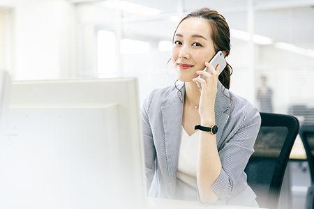 女性 ビジネス オフィス スマホ