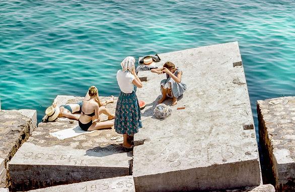 Frauen, welche die Sonne genießen