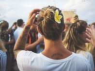 Blume im Haar