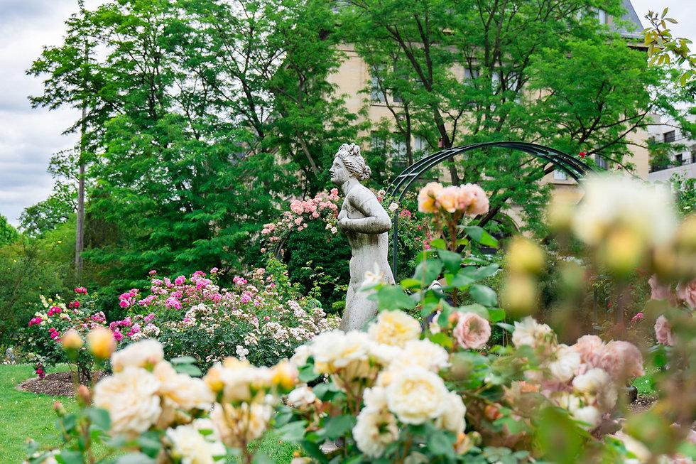 Statue dans un jardin fleuri