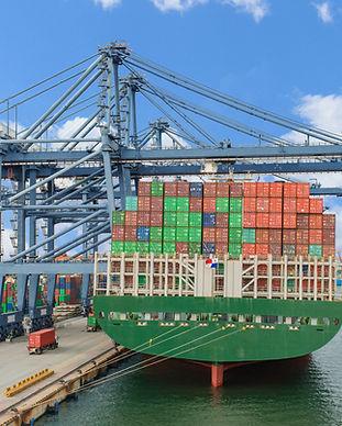 Vrachtschip in de haven