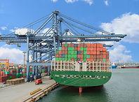 Lastfartyg vid hamnen
