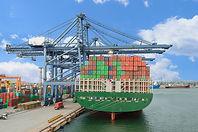 港で貨物船